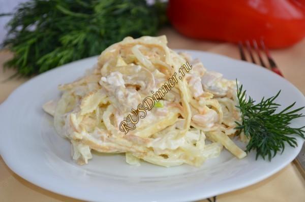 Блинный  салат с шампиньонами и копченой грудкой