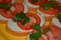 Бутерброды с помидорами и сырком