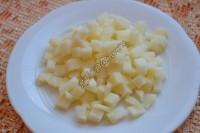 Картофель нарезать маленькими кубиками.