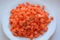 Морковь нарезать маленькими кубиками.