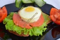 Яйца с форелью и листьями салата