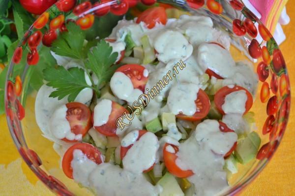 Салат с авокадо, сельдереем и черри