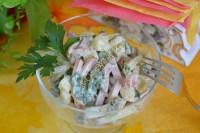 Салат с картофелем, карбонатом и горошком