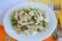 Салат с копченой курицей, стручковой фасолью и шампиньонами
