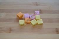 Такие конфеты бывают разноцветные, а бывают и одного цвета в упаковке, все зависит от вкуса конфет.