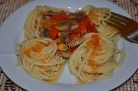 Спагетти с грибами, помидорами и болгарским перцем