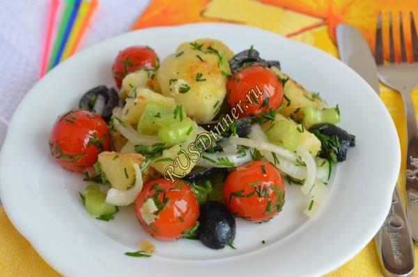 Тёплый салат с картофелем, томатами черри и сельдереем